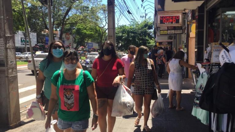 Consumidores que deixaram as compras para última hora movimentam as lojas em Maringá
