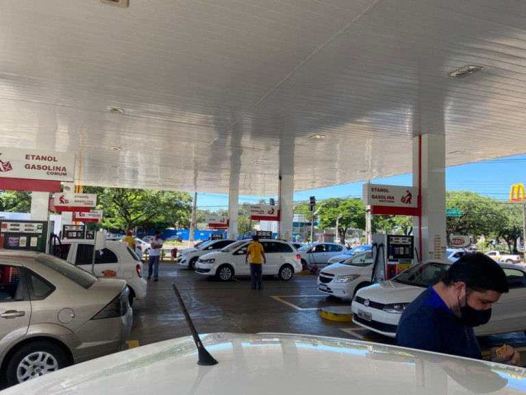 Motoristas por aplicativos protestam contra o aumento do preço do combustível em Maringá