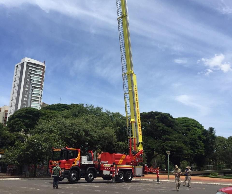 Bombeiros de Maringá recebem veículo do tipo alta plataforma