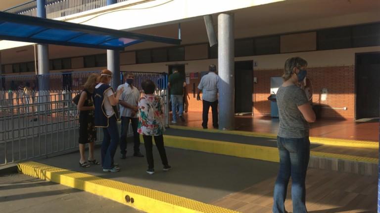 Movimentação intensa de eleitores no Colégio Santa Cruz neste começo de manhã