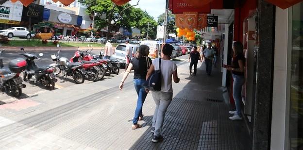 Comércio de rua funcionará até as 13h nesse sábado (28) em Maringá