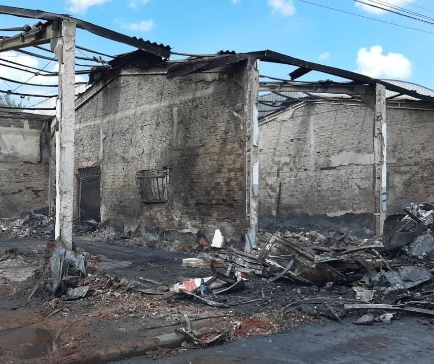 Incêndio em barracão é combatido após mais de 10 horas