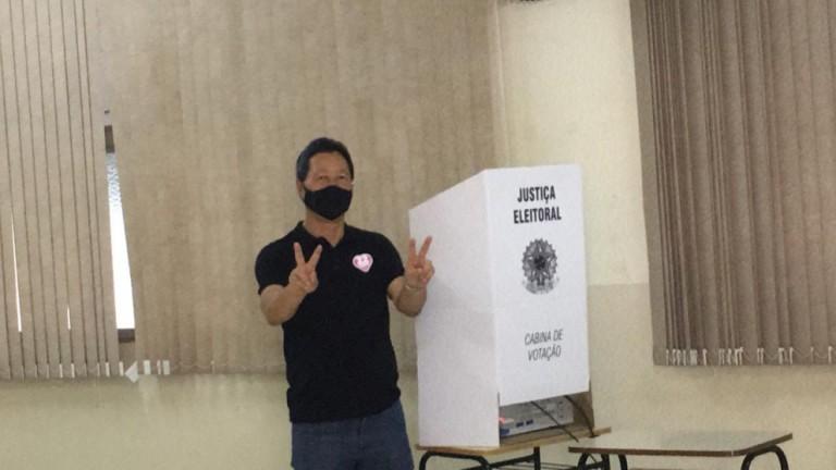 Deputado Luiz Nishimori vota no Colégio Santa Cruz