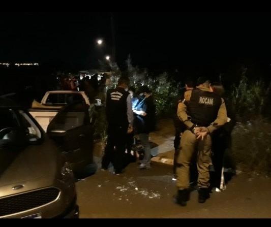 GGI flagra festa clandestina em rua e multa 57 pessoas