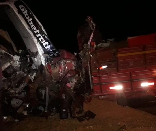 Três pessoas ficam gravemente feridas em acidente entre caminhão e carreta, em Astorga