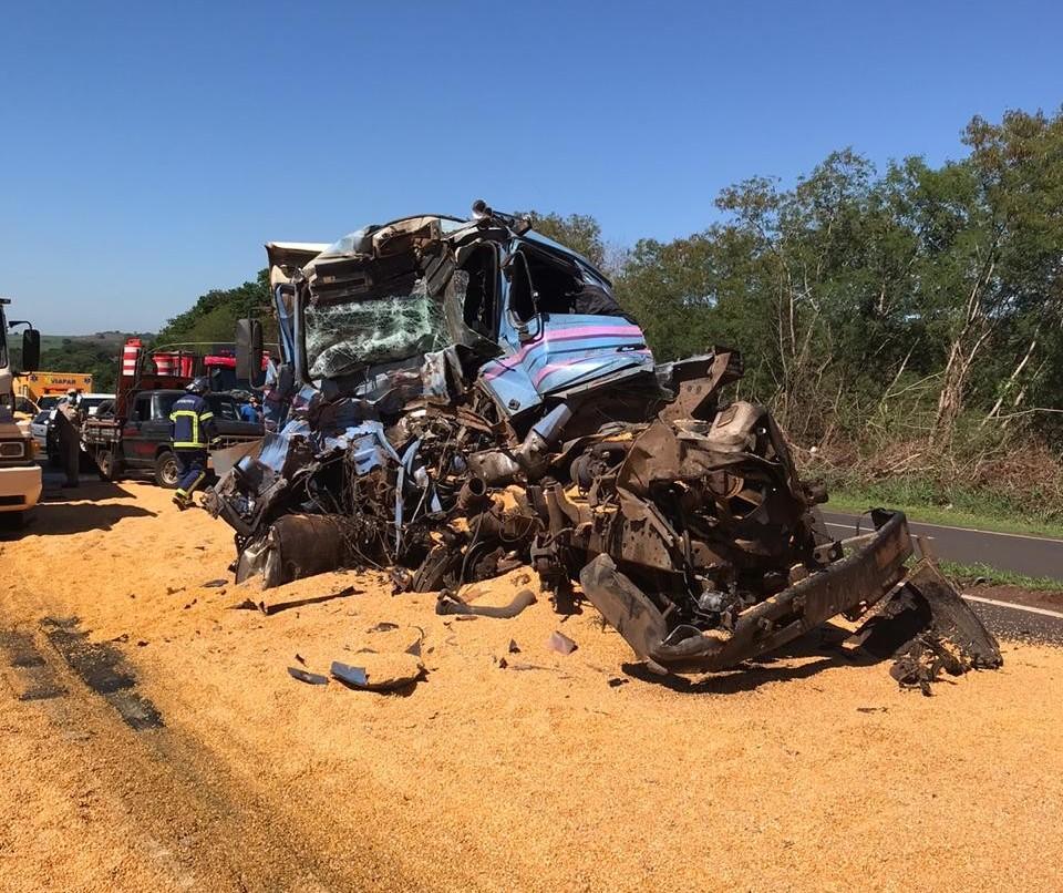 Colisão entre caminhões na PR-317 deixa motorista ferido