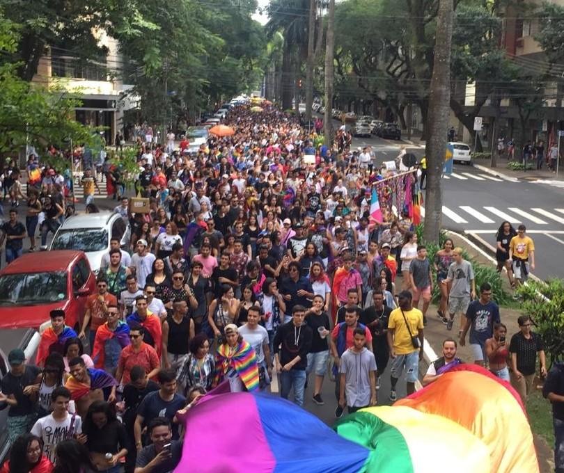 """Com faixa """"Fora, Bolsonaro"""", Parada LGBT é realizada em Maringá"""
