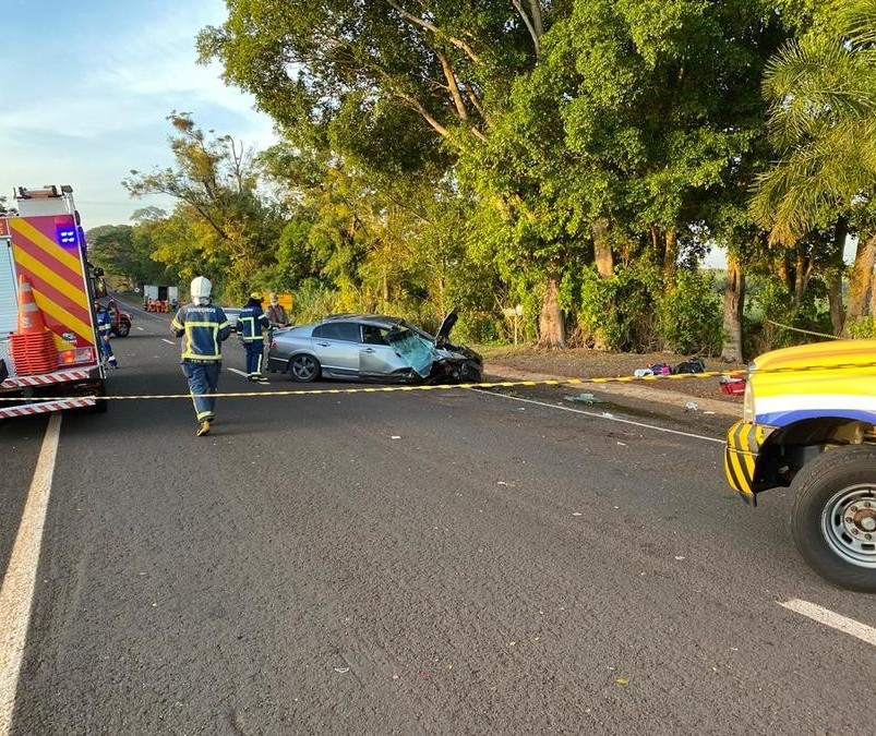 Carro capota após colisão na PR-317; 4 ficam feridos