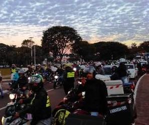 Em Maringá, motociclistas fazem ato em apoio aos caminhoneiros em greve