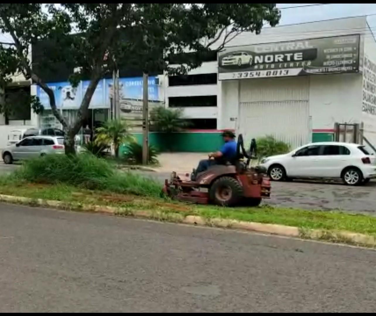Sem contrato, empresa é vista roçando canteiros em Maringá