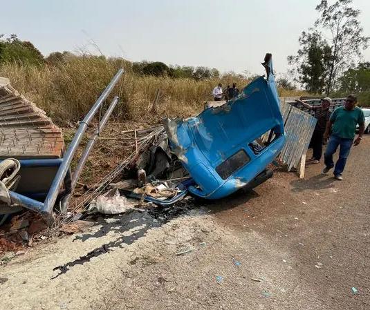Caminhão carregado com concreto tomba e motorista fica gravemente ferido na região