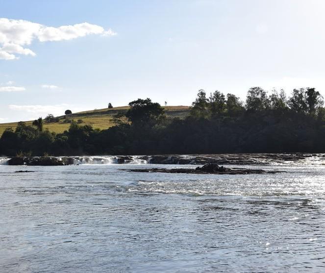 Três pessoas são resgatadas após barco virar no Rio Ivaí