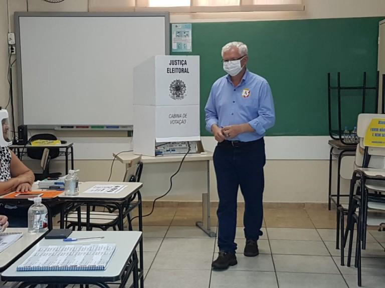 Carlos Mariucci vota na Escola Tuiuti