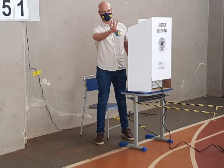 Rogério Calazans vota na Escola Municipal Campos Salles