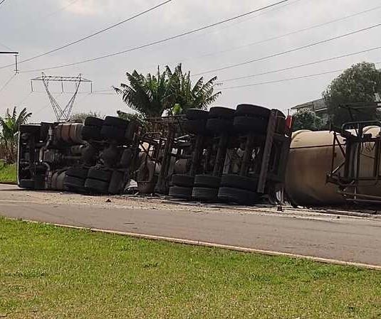 Carreta carregada com diesel tomba no Contorno Sul de Maringá