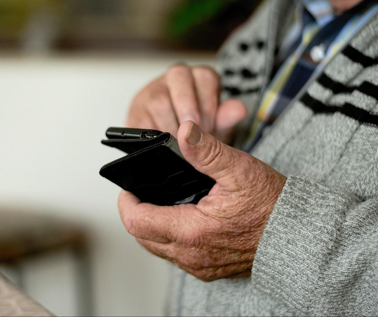 Jovens católicos ensinam idosos a utilizar o aparelho celular