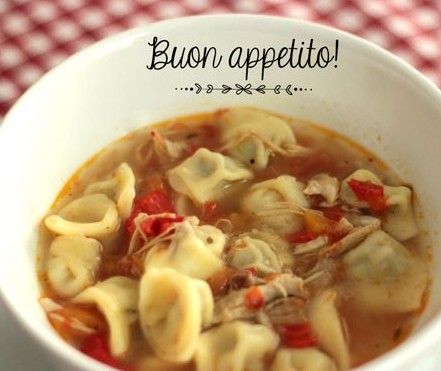O prato italiano agnolini in brodo