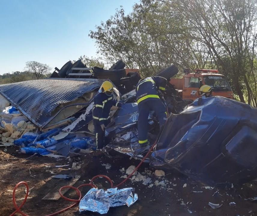 Acidente entre caminhões na PR-317 mata motorista de 46 anos