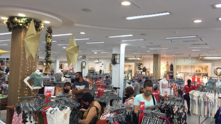 Lojas reabrem aos sábados e consumidores saem às compras