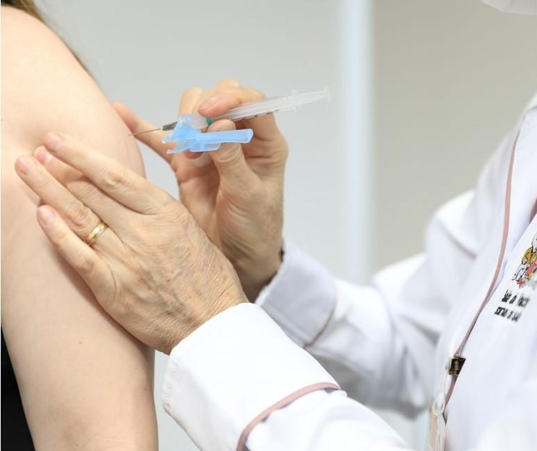 Maringá vai aplicar 3ª dose de vacina em idosos e transplantados
