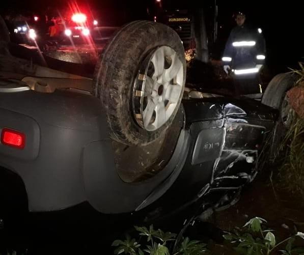Mulher de 26 anos morre após colidir carro contra poste e capotar, na PR-552