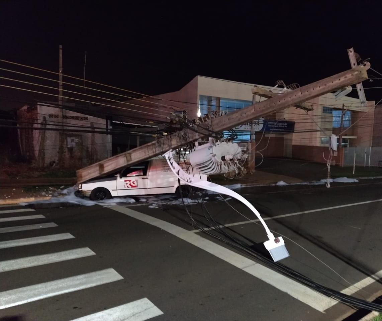 Carro bate e derruba poste na Avenida Carlos Borges