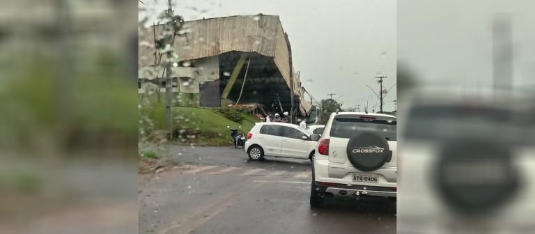 Ginásio de esportes de Mandaguaçu desaba durante temporal