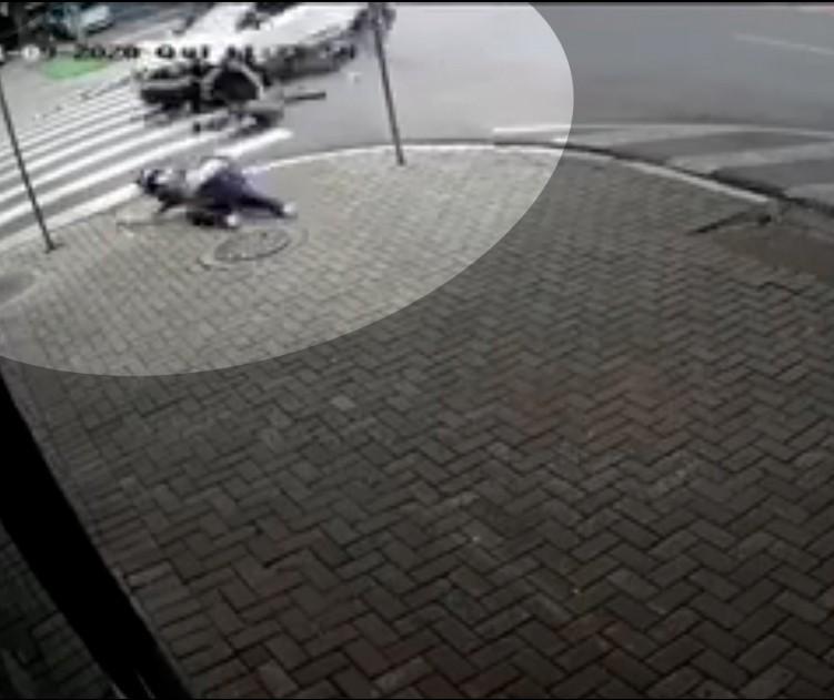 Motociclista é arremessada após batida contra carro em Maringá