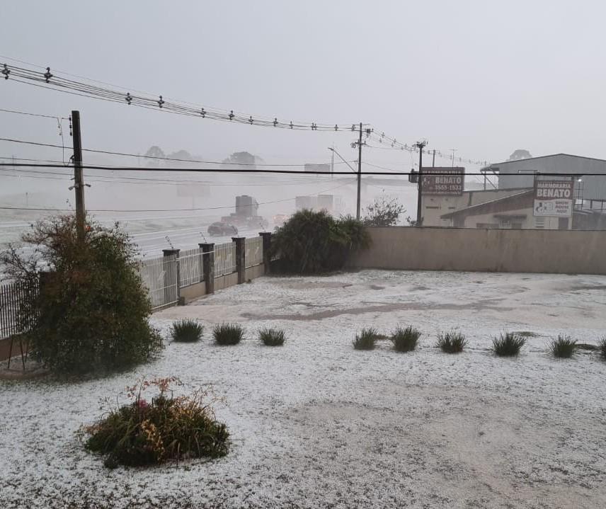 Chuva de granizo atinge Curitiba e região metropolitana nesta segunda-feira (16)