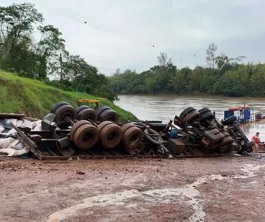 Caminhão tomba perto de balsa no Rio Ivaí e motorista morre preso às ferragens