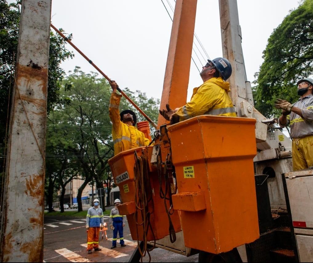 1.800 eletricistas trabalham neste domingo (17) para retomar o fornecimento de energia nas regiões oeste e noroeste do Paraná