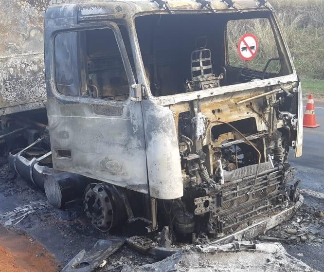 Caminhão pega fogo na BR-376 em Nova Londrina