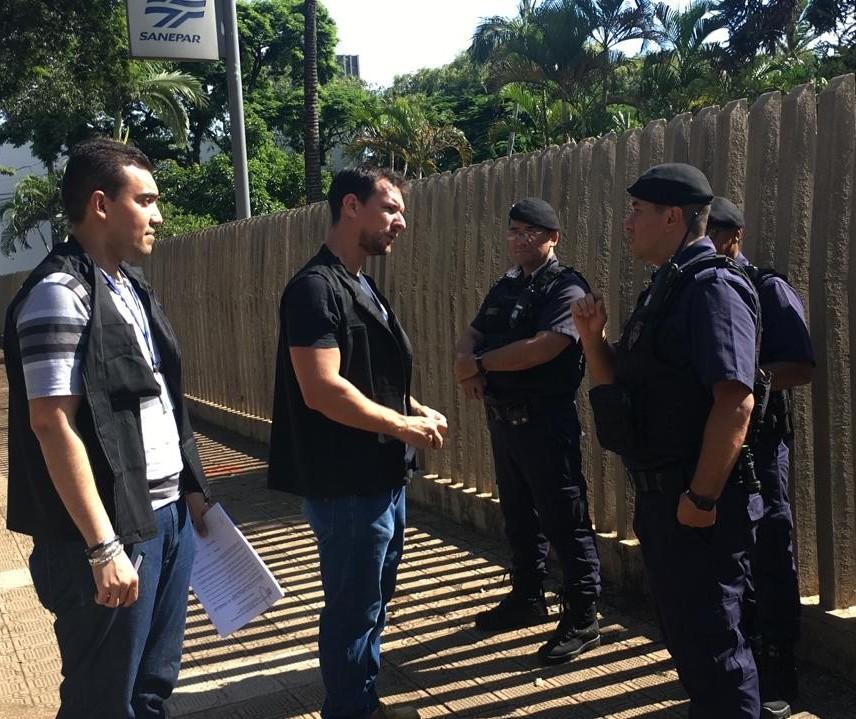 Fiscais orientam empresas na Avenida Pedro Taques em Maringá