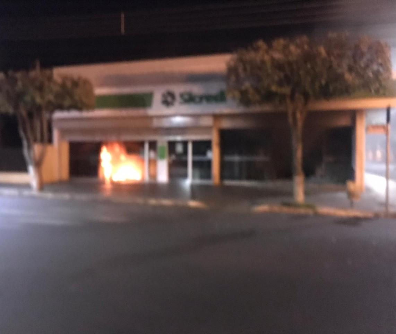 Ladrões explodem caixas eletrônicos de duas agências bancárias em Floraí