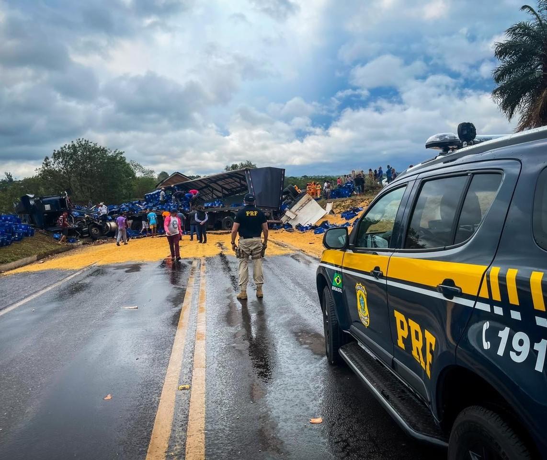 Imagens aéreas mostram acidente com dois caminhões e um carro na BR-376