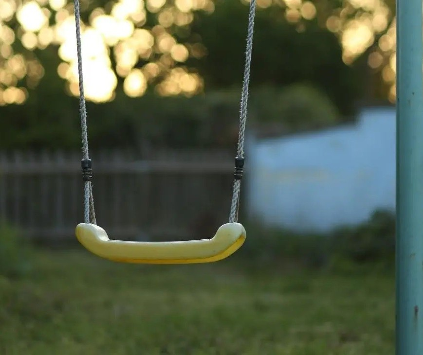 Polícia vai investigar morte de criança enforcada com corda de balanço