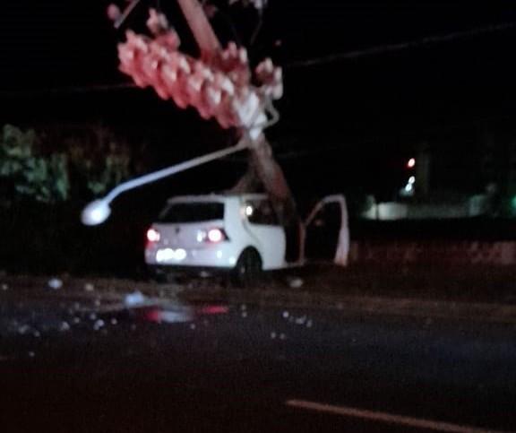 Motorista fica gravemente ferido ao bater carro em poste