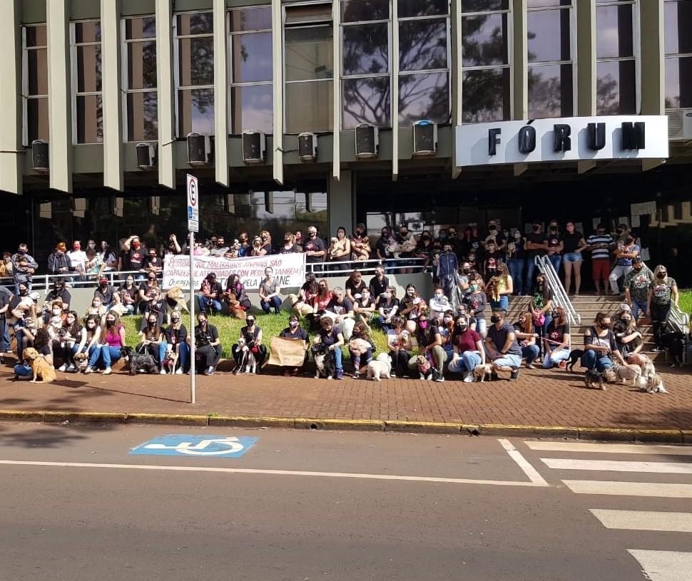 Protesto em frente ao Fórum pede justiça para Viviane Santos