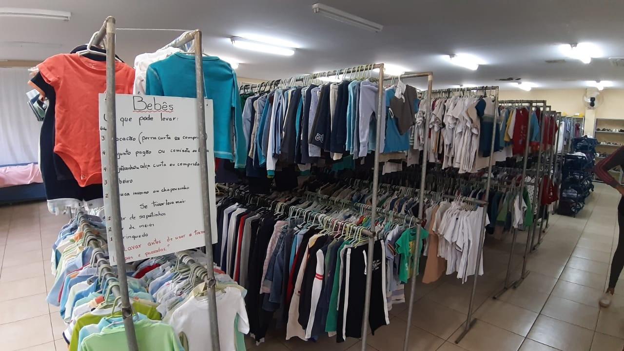 Roupeiro Santa Rita de Cássia ajuda no vestuário de crianças e na montagem de enxoval para recém-nascidos (Foto: Divulgação/Estrela do Norte)