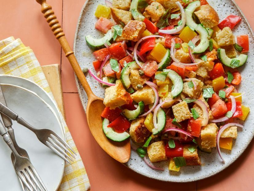 Salada Panzanella é um 'charme' e ótima para dias quentes