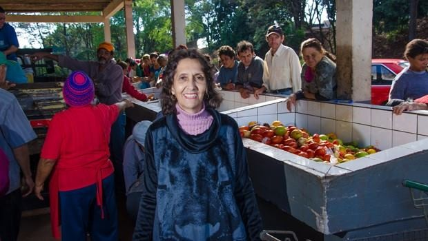 Dona Tereza precisa de ajuda para continuar servindo sopão em Maringá