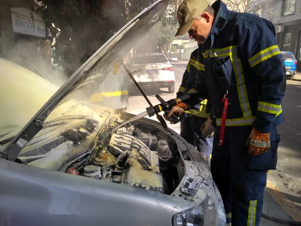 Veículo pega fogo em garagem de prédio na rua Santos Dumont