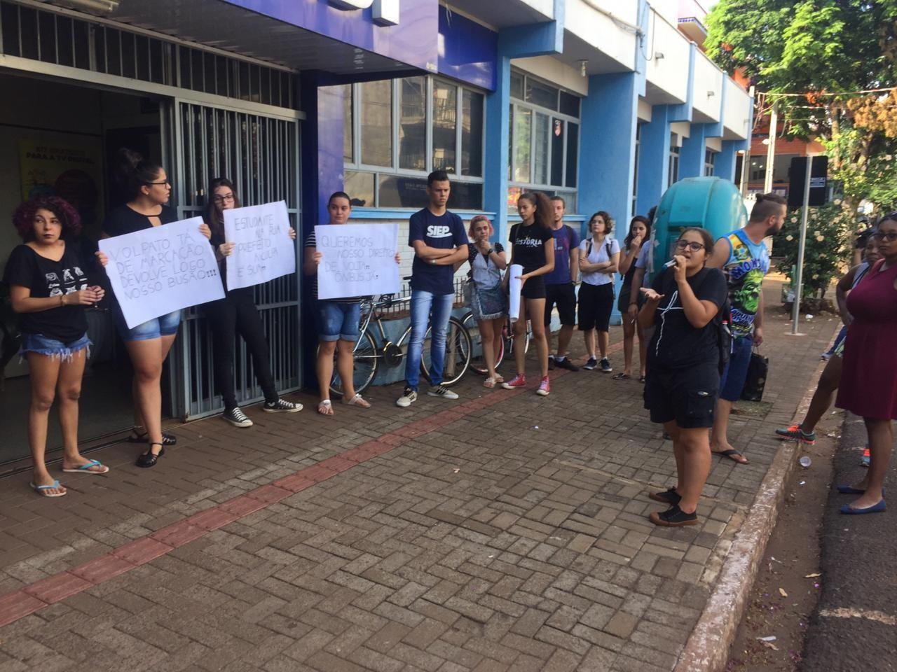 Estudantes de Sarandi fazem novo protesto em frente a prefeitura