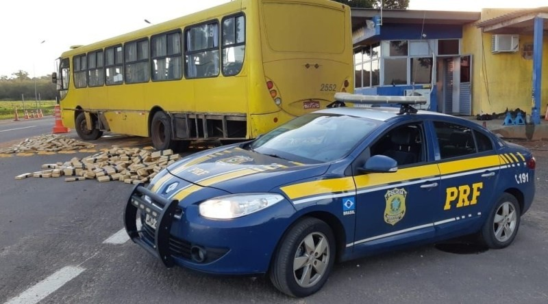 PRF prende mulher que dirigia ônibus com centenas de quilos de maconha