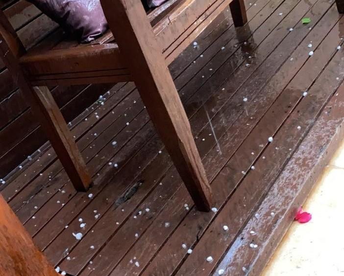 Chuva de granizo foi registrada no Jardim Tóquio e em outros pontos de Maringá neste domingo, 27