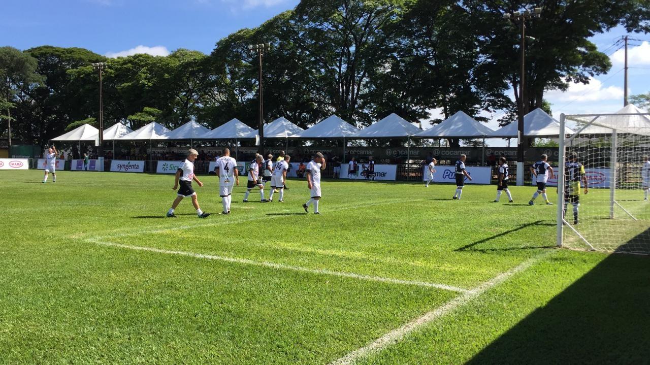 Do campo de trabalho para o campo de futebol