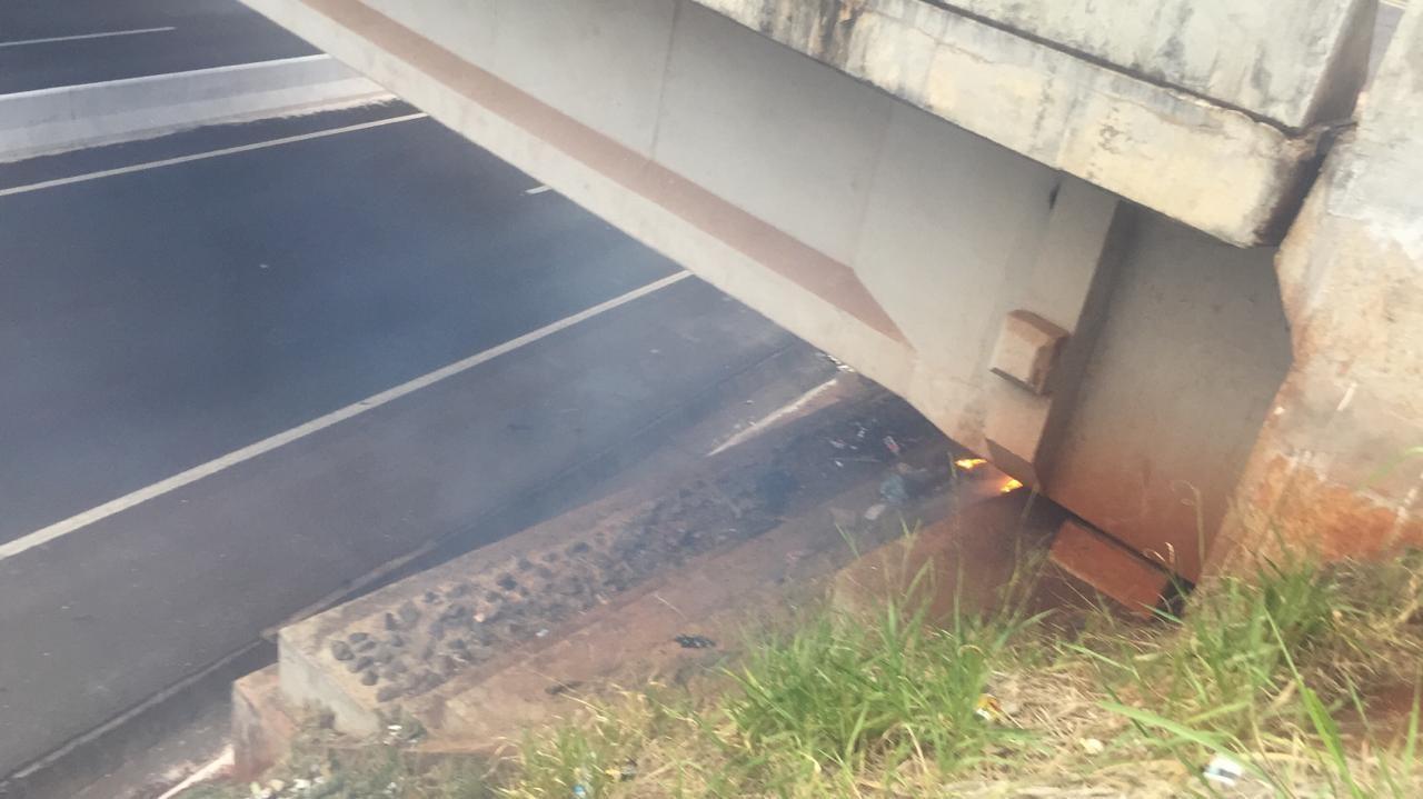 Andarilho coloca fogo em entulho embaixo de viaduto do Contorno Norte