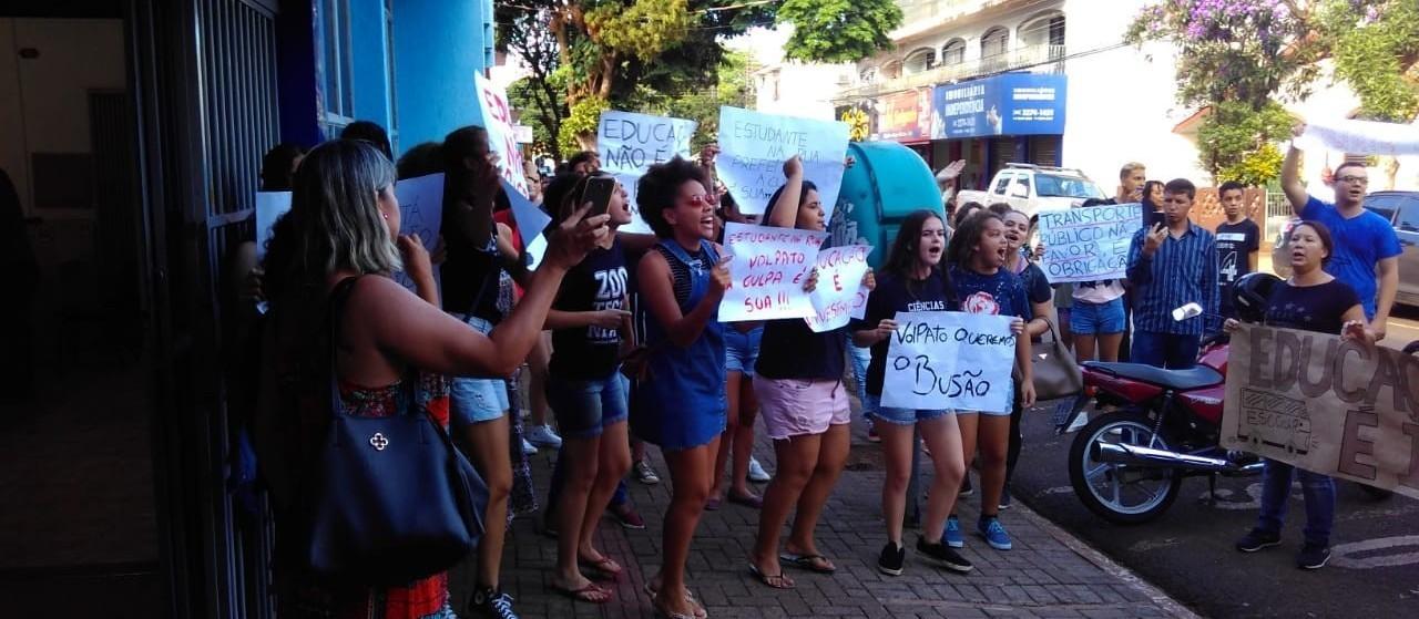 Sem ônibus da Prefeitura, sarandienses se viram para estudar na UEM