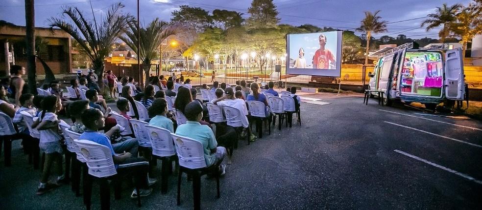 'Cinesolar': projeto exibe filmes em praça pública usando energia solar