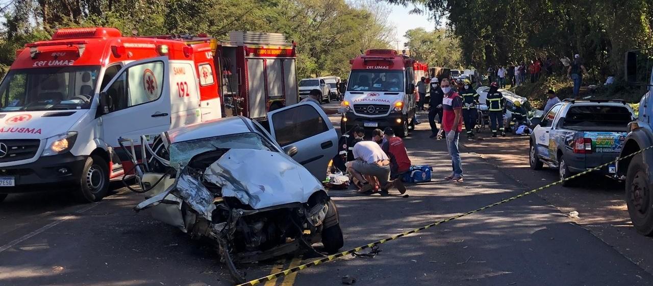 Carros batem de frente e pelo menos sete ficam feridos na PR-323